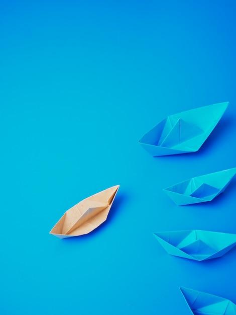Führungskonzept-origamibootspapier Premium Fotos