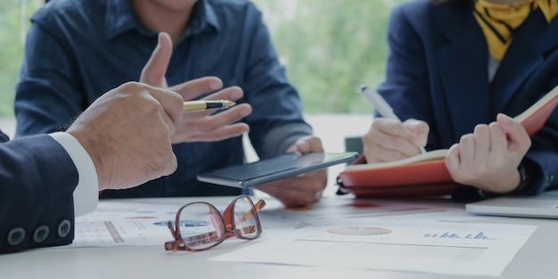 Führungskräfte bestellen personal. sekretär zur aufzeichnung der arbeit dokumente, die auf dem schreibtisch abgelegt werden. Premium Fotos