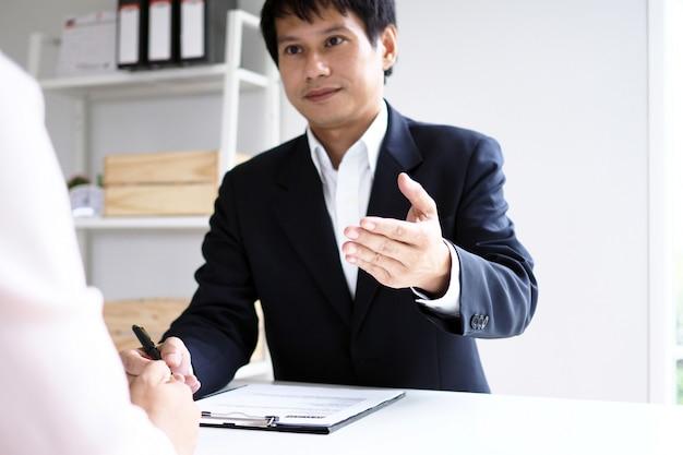 Führungskräfte interviewen kandidaten. schwerpunkt auf tipps zum verfassen von lebensläufen, qualifikationen der bewerber, interviewfähigkeiten und vorbereitung auf das vorstellungsgespräch. überlegungen für neue mitarbeiter Premium Fotos
