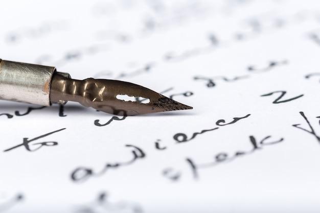 Füllfederhalter auf einem antiken handgeschriebenen brief Premium Fotos