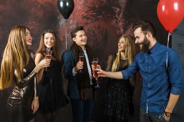 fünf freunde bei einer party 2018  kostenlose foto