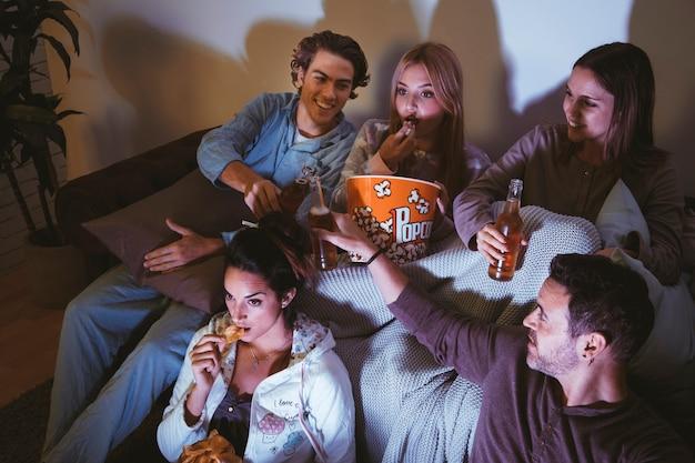 fünf freunde die einen film ansehen  kostenlose foto