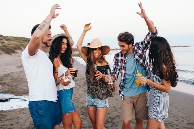 fünf freunde feiern am strand  kostenlose foto