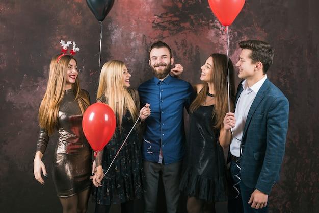 fünf freunde mit ballons  kostenlose foto