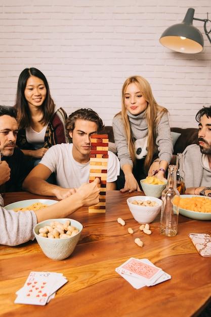 Fünf freunde spielen tabletop-spiel Kostenlose Fotos