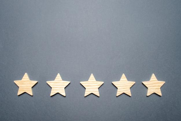 Fünf sterne auf grauem hintergrund Premium Fotos