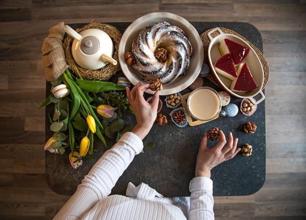 Für einen gedeckten tisch mit essen, osterferien. Kostenlose Fotos
