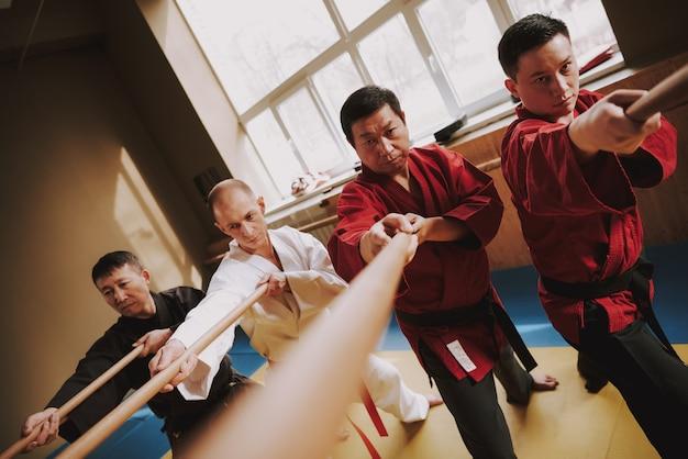 Für kung fu männer in trainingsübungsmethoden mit stöcken. Premium Fotos