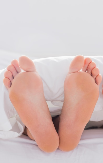 Füße ragten aus der decke Premium Fotos