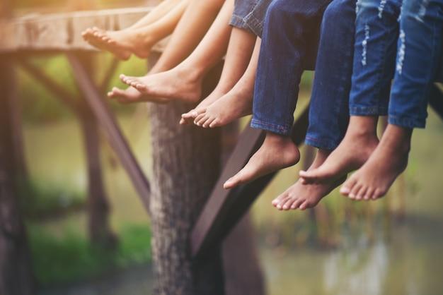 Füße von kindern sitzen entspannt im park Kostenlose Fotos