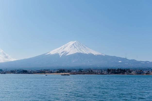 Fuji-berg mit boot und meer Premium Fotos