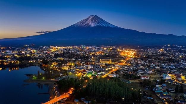 Fuji berge und fujikawaguchiko stadt bei nacht, japan. Kostenlose Fotos