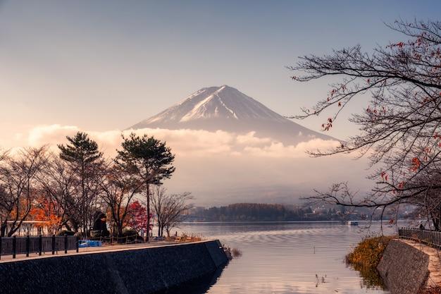 Fuji-san mit bewölktem im herbstgarten am kawaguchiko see Premium Fotos