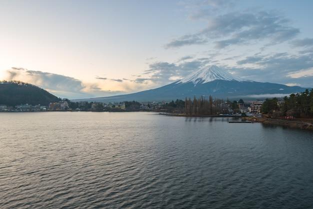 Fujisan berg mit blick auf see kawagushiko in japan. Premium Fotos