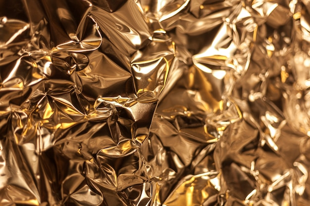 Full-frame-aufnahme eines zerknitterten blatts aus silberner aluminiumfolie Premium Fotos
