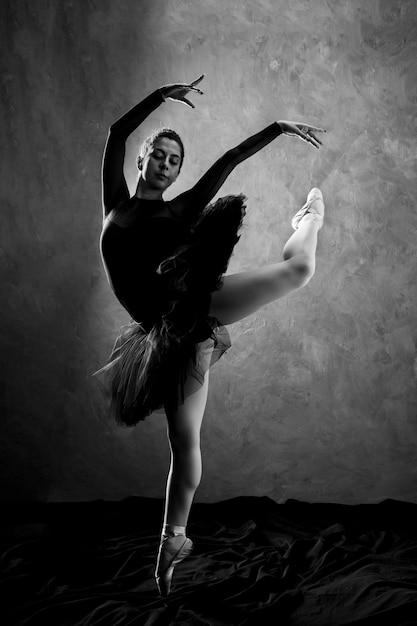Full shot ballerina performance graustufen Kostenlose Fotos
