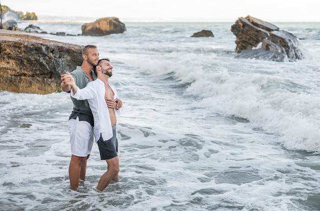 Full shot glückliche männer, die romantisch sind Premium Fotos