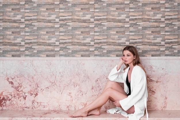 Full shot mädchen mit bademantel und badeanzug Kostenlose Fotos