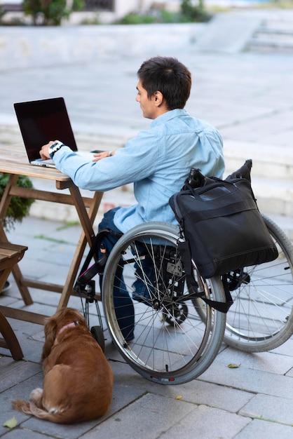 Full shot mann arbeitet am laptop Kostenlose Fotos