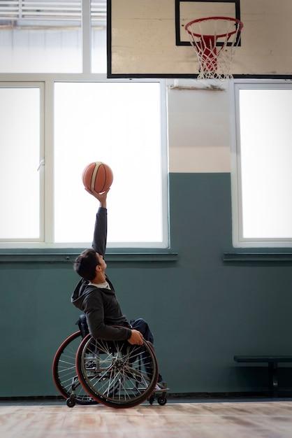 Full shot mann hält basketball Kostenlose Fotos