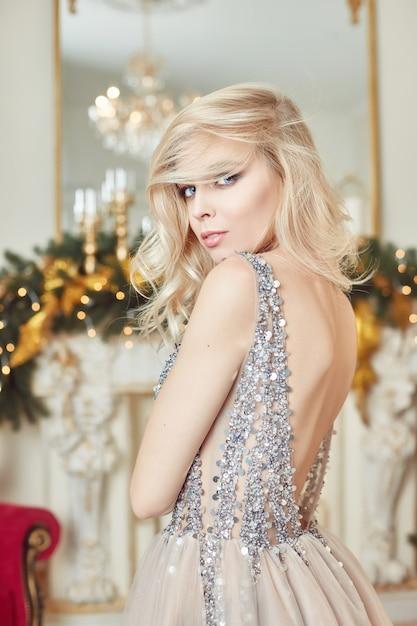 Funkelndes festliches kleid des weihnachtsporträt-mädchens Premium Fotos