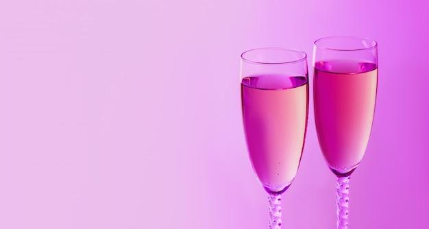 Funkelndes neues jahr auf dem rosa neonhintergrund mit champagner. weihnachts- und guten rutsch ins neue jahr-konzept. kopieren sie platz. Premium Fotos