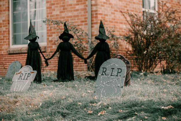 Furchtsame gespenstische halloween-hausdekorationen Premium Fotos