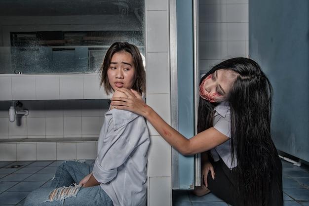 Furchtsamer hochschulgeist der jungen frauen in der toilette Premium Fotos