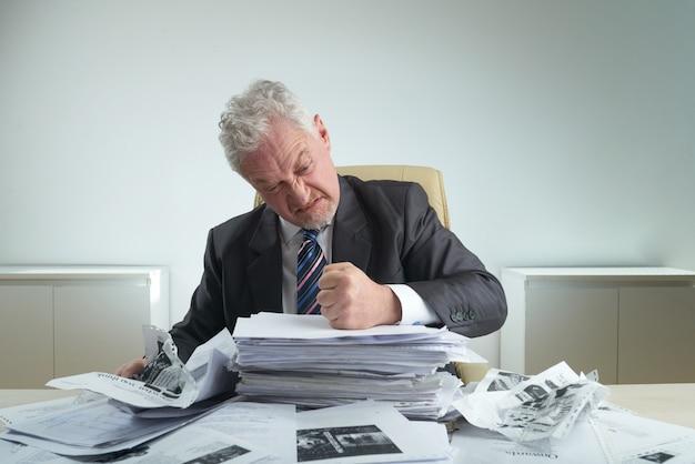 Furious entrepreneur crumpling-dokumente Kostenlose Fotos
