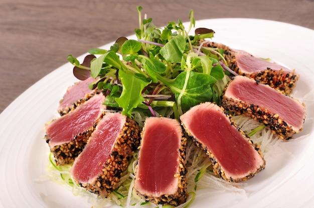 Fusion-küche mit grünem salat Kostenlose Fotos
