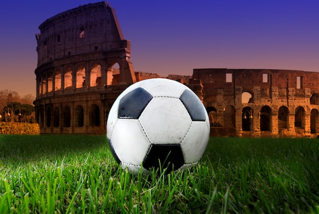 Fußball auf dem kolosseum Premium Fotos