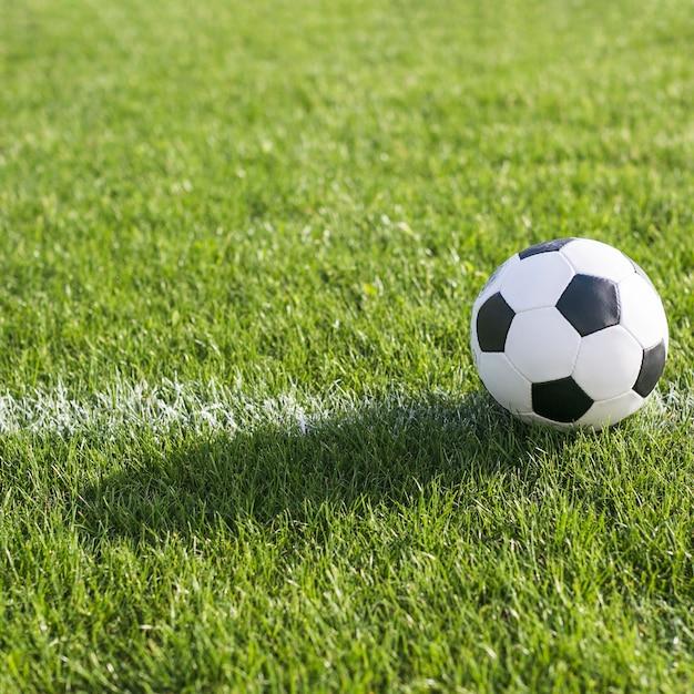 Fußball im gras auf linie Kostenlose Fotos