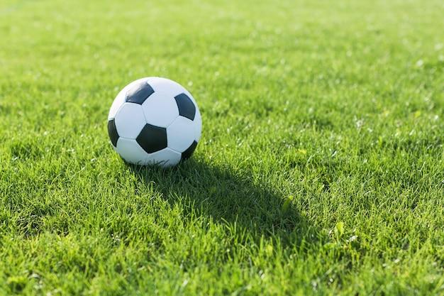Fußball im gras mit schatten Kostenlose Fotos