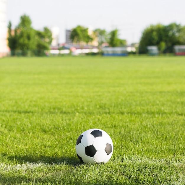 Fußball im gras mit unscharfem hintergrund Kostenlose Fotos