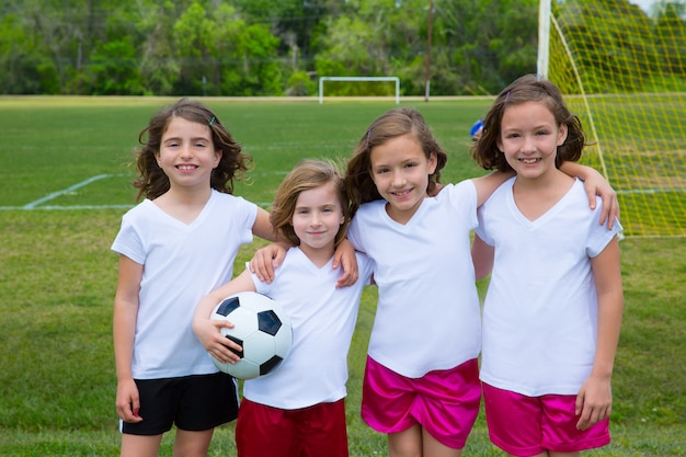 Fußballfußballkindermädchenteam am sport fileld Premium Fotos