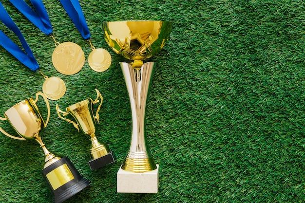 Fußballhintergrund mit goldenen medaillen und trophäen Kostenlose Fotos