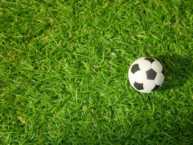 Fußballkugel auf grüner rasenfläche. ansicht von oben nach unten Premium Fotos