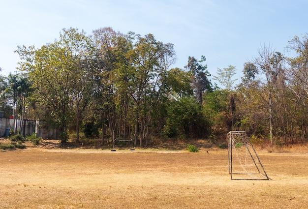 Fußballplatz und altes fußballtor auf dem dorfsportplatz am sommertag., fußballplatz an der städtischen schule. sportkonzept. Premium Fotos