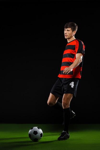 Fußballspieler, der ball tritt, fußball spielt Kostenlose Fotos