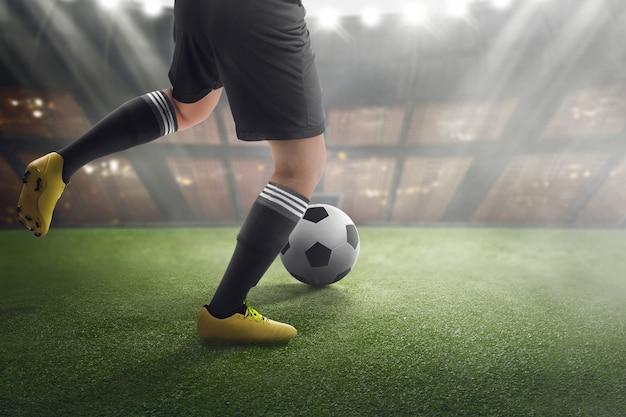 Fußballspieler mit ball auf dem match Premium Fotos