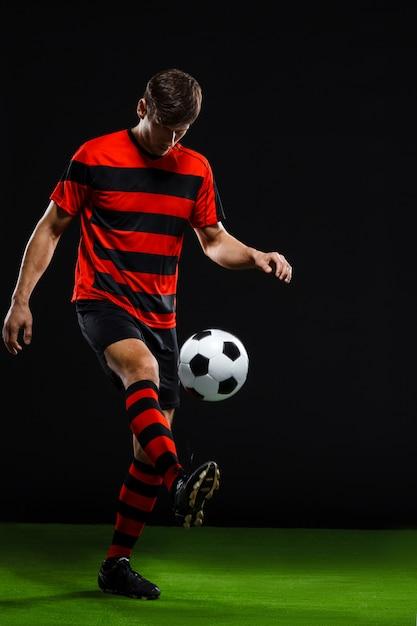 Fußballspieler tritt ball Kostenlose Fotos