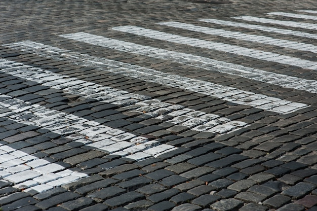 Fußgängerüberweg auf der alten felsenstraße in der stadt Premium Fotos