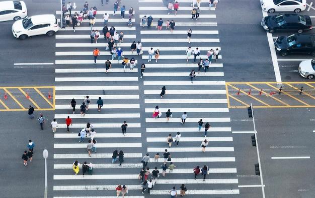 Fußgängerüberweg und draufsicht der leute Premium Fotos