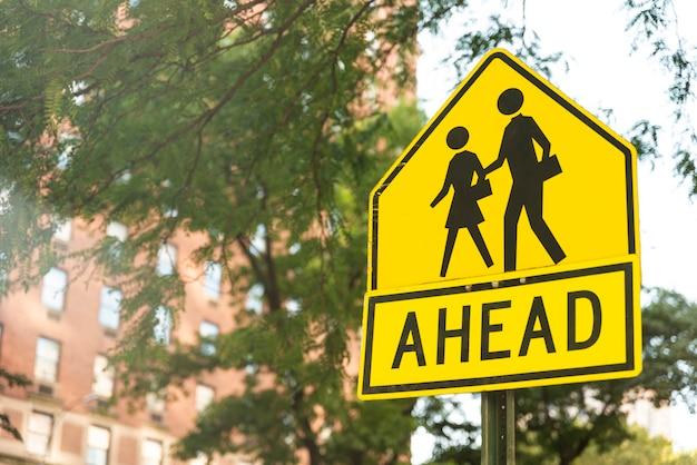 Fußgängerüberwegzeichen mit unscharfem hintergrund Kostenlose Fotos