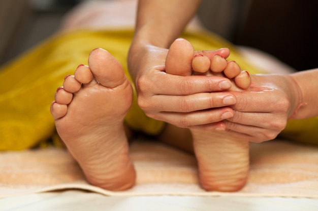 Fußmassage für eine frau in einem spa Kostenlose Fotos