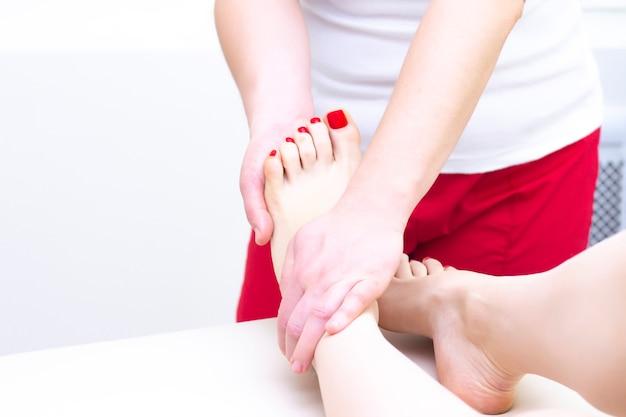 Fußmassage im spa-salon, nahaufnahme. fußmassage entspannen hautpflege. Premium Fotos