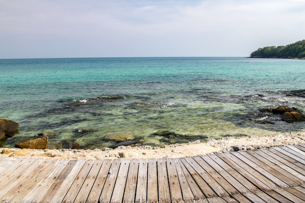 Fußweg holzbrücke die promenade an den meeresstränden mit blauem himmel sommer Premium Fotos