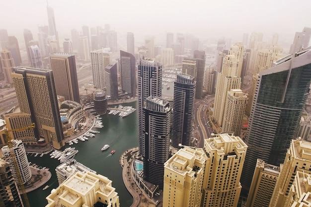 Futuristische luftaufnahme von wohnwolkenkratzern im dubai-jachthafenweg. dubai Premium Fotos