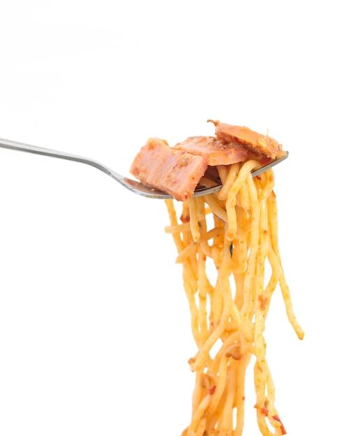 Gabel mit schinkenpaprikapastenspaghettis auf weißem hintergrund Premium Fotos