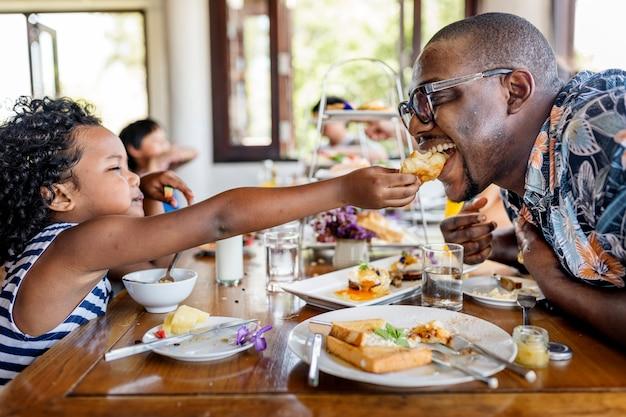 Gäste, die im hotelrestaurant frühstücken Premium Fotos